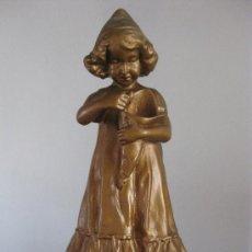 Antigüedades: FIGURA DE NIÑA PRIMERA MITAD DEL SIGLO XX EN ESCAYOLA PINTADA EN COLOR COBRE- PRECIOSA. Lote 104156002