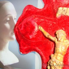 Antigüedades: ANTIGUA BENDITERA TERCIOPELO CON CRISTO DE METAL CON BAÑO DORADO, 43 CM LARGO. Lote 24789904