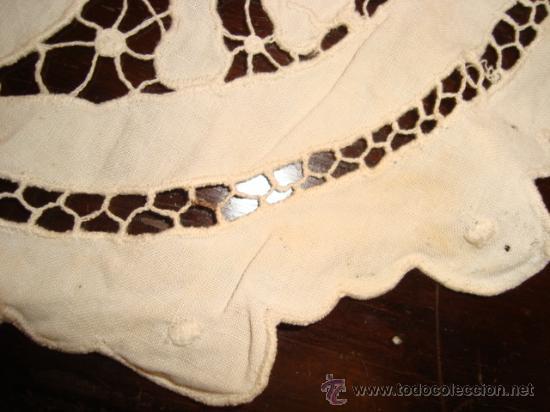 Antigüedades: antiguo tapete calado y bordado, tiene un pequeño enganche para arreglar, - Foto 3 - 23348946