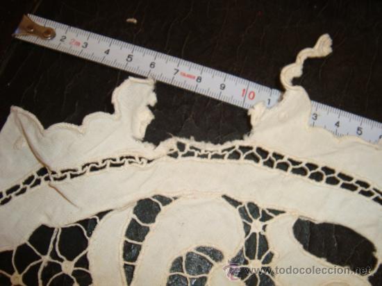 Antigüedades: antiguo tapete calado y bordado, tiene un pequeño enganche para arreglar, - Foto 4 - 23348946