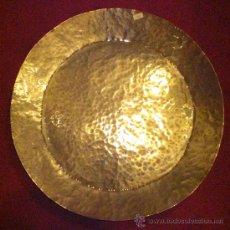 Antigüedades: BANDEJA ANTIGUA DE COBRE BATIDO CON BAÑO DE PLATA MUY GRUESO (GRAN TAMAÑO). Lote 27327667