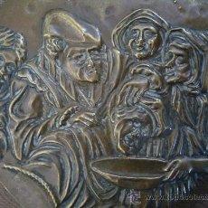 Antigüedades: ANTIGUA Y MUY DECORATIVA PLACA DE METAL HOLANDESA REPRESENTANDO EL OFICIO DE CIRUJANO, DE CHIRURGIJN. Lote 23621763