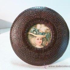 Antigüedades: PORTARRETRATOS DE PIEL. Lote 26695663