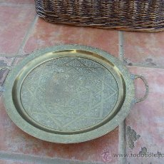 Antigüedades: BANDEJA CINCELADA CON PATAS 36 X 43 CON LAS ASAS CMS BANDEJA CINCELADA CON MOTIVOS. Lote 24179288