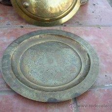 Antigüedades: BANDEJA CINCELADA MEDIO ORIENTE 38 CMS BANDEJA CINCELADA CON MOTIVOS ARABES. Lote 24179392