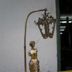Antigüedades: FAROLILLO DE BRONCE CON FIGURA. Lote 24301130