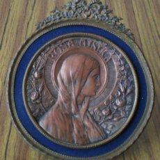 Antigüedades: PORTARRETRATO DE LATON .. LA CHAPA RELIGIOSA DE COBRE A GRAN RELIEVE .. FIRMADO MF. Lote 24336588