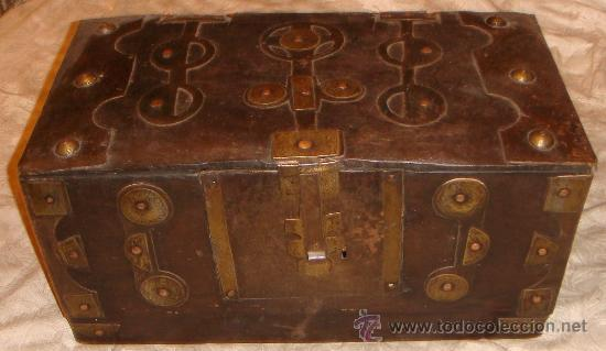 Antigua arca o baul de madera con herrajes y ce comprar for Herrajes muebles antiguos