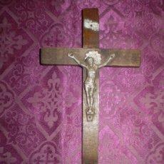 Antigüedades: CRISTO 1910 DE CALAMINA Y CRUZ DE PINO. Lote 24500767