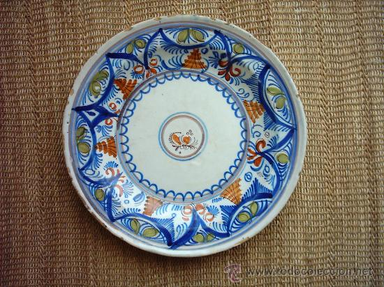 ANTIGUO PLATO DE CERÁMICA DE MANISES. PINTADO EN 5 COLORES. SIGLO XIX. 31 CM. (Antigüedades - Porcelanas y Cerámicas - Manises)