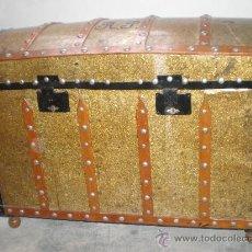 Antigüedades: BAUL MUY ANTIGUO, CON RIBETES EN NEGRO Y MARRON, TACHUELAS, PATAS MADERA,. Lote 24780258