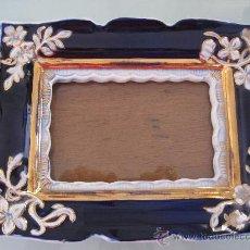 Antigüedades: ANTIQUÍSIMO Y BELLÍSIMO PORTARRETRATOS EN PORCELANA. Lote 26282101