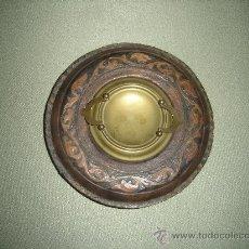 Antigüedades: BANDEJA PEQUEÑA PARA OBJETOS. AÑOS 30. EN CUERO Y BRONCE. . Lote 86111066