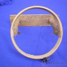 Antigüedades: BORDADOR DE MADERA ANTIGUA. Lote 25350550