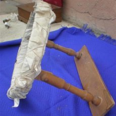 Antigüedades: BORDADOR DE MADERA ANTIGUO. Lote 25350643
