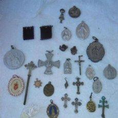 Antigüedades: 30 MEDALLAS, ESCAPULARIOS Y CRUCES RELIGIOSAS. Lote 25361056