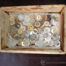 Antigüedades: 127 PEQUEÑOS BOTONES DE NACAR Y MARFIL. Lote 25375316