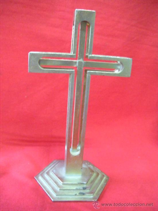RARA CRUZ METÁLICA PLAREADA Y CALADA. SOBREMESA (Antigüedades - Religiosas - Cruces Antiguas)