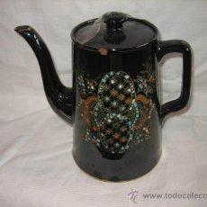 Antigüedades: CAFETERA ESMALTADA NEGRA CON ADORNOS EN AZUL Y NARANJA . Lote 27299949