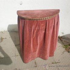 Antigüedades: CONSOLA DE MADERA CO TAPA Y TELA ANTIGUA. Lote 25959495