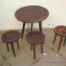 Antigüedades: PEQUEÑA MESA Y 3 BANQUETAS AFRICANAS. Lote 26054933