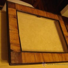 Antigüedades: EXPOSITOR CON MARCO ANTIGUO -MIDADAS 40X30 CM. Lote 26094866