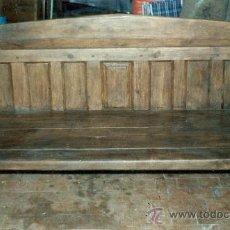 Antigüedades: ESCAÑO ANTIGUO EN PINO ROJO. POPULAR.ZONA DE GREDOS:. Lote 27348497