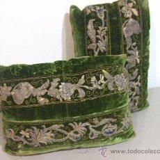 Antigüedades: PAREJA DE ALMOHADONES EN TERCIOPELO DE SEDA BORDADOS EN ORO Y PLATA. Lote 26494578