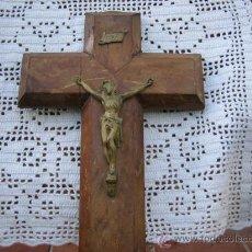 Antigüedades: CRISTO METALICO EN CRUZ DE MADERA,ANTIGUO,MIDE LA CRUZ 41 X 25 CM. Lote 26649020