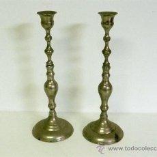Antigüedades: PAREJA DE CANDELABROS DE BRONCE CROMADO. Lote 27024757