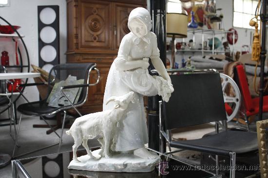 GRAN FIGURA DE PORCELANA AUSTRIACA FIRMADA. SELLO EN BASE TURN (PERIODO 1899-1918). ALTURA: 60 CMS. (Antigüedades - Porcelanas y Cerámicas - Otras)