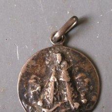 Antigüedades: COLGANTE / MEDALLA RELIGIOSA DE PLATA VIRGEN DEL PILAR 1905 (1,9CM APROX DE DIAMETRO). Lote 27151085