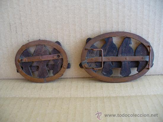Antigüedades: HEVILLA MUY ANTIGUA CON BROCHE A JUEGO.(BRONCE Y MADERA) A EL BROCHE LE FALTA EL GANCHO. - Foto 2 - 27157079