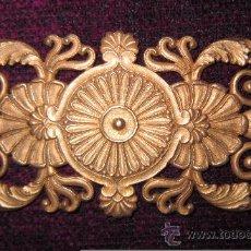 Antigüedades: ADORNO EN BRONCE DORADO IMPERIO, 5,5 CM. X 10,8 CM.. Lote 147310324