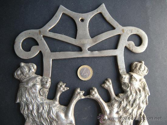 Antigüedades: ANTIGUA Y GRAN PERCHA DE BRONCE NIQUELADO CON LEÓN RAMPANTE CORONADO - Foto 3 - 27545922