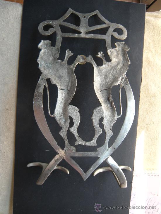 Antigüedades: ANTIGUA Y GRAN PERCHA DE BRONCE NIQUELADO CON LEÓN RAMPANTE CORONADO - Foto 4 - 27545922