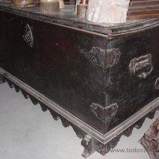 Antigüedades: ARCA ANTIGUA DE NOGAL ESPAÑOL. MEDIDA 150 X70X64 CM. CON HERRAJES.. Lote 27544300