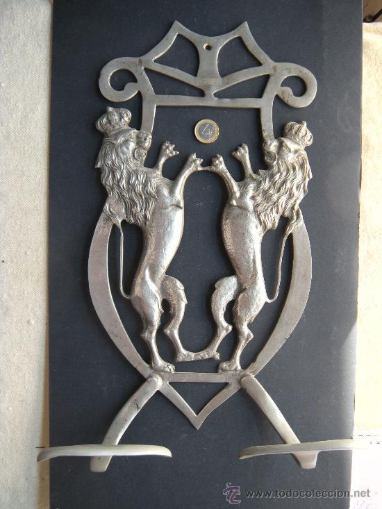 ANTIGUA Y GRAN PERCHA DE BRONCE NIQUELADO CON LEÓN RAMPANTE CORONADO (Antigüedades - Muebles Antiguos - Revisteros Antiguos)