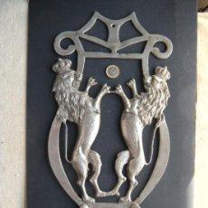 Antigüedades: ANTIGUA Y GRAN PERCHA DE BRONCE NIQUELADO CON LEÓN RAMPANTE CORONADO. Lote 27545922