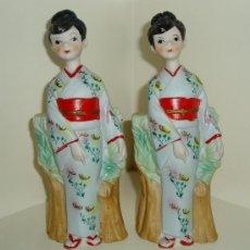 Antigüedades: DOS FIGURAS MUJER CON KIMONO DE PORCELANA PINTADA SIN BARNIZAR. MADE IN JAPAN. ALTURA 17 CM. Lote 27629624