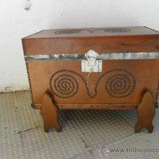 Antigüedades: BAUL DE MADERA Y CUERO. Lote 27620604