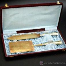Antigüedades: PAREJA DE CUBIERTOS PARA SERVIR POSTRES EN METAL PLATEADO - AÑOS 50. Lote 27625599
