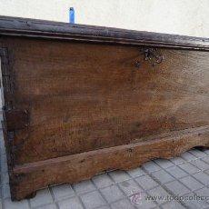 Antigüedades: MUY ANTIGUA ARCA DE MADERA TODA DE CASTAÑO, CON MAS DE 200 AÑOS Y CANTONERAS DE FORJA. Lote 31857382