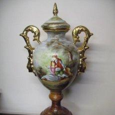 Antigüedades: JARRÓN PINTADO A MANO - ESCENA GALANTE 65 CM. ALTURA. Lote 27857202