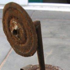 Antigüedades: PEQUEÑA LAMAPRA DE CARBURA HECHO DE UNA LATA DE LA LECHERA (20CM APROX). Lote 27921192