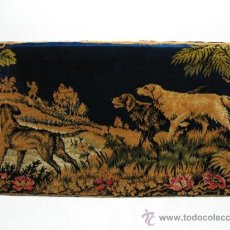 Antigüedades: PRECIOSO TAPIZ ANTIQUISIMO ENMARCADO DE PERROS CAZADORES. Lote 27974036