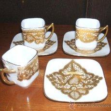 Antigüedades: PRECIOSO JUEGO DE TRES TAZAS DE CAFÉ EN PORCELANA CON BAÑO DE ORO.. Lote 27975113