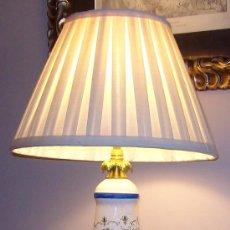 Antigüedades: BONITA LAMPARA,CON PIE DE BRONCE. Lote 28013618