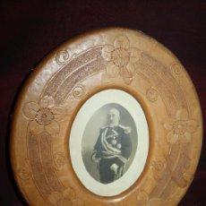 Antigüedades: PRECIOSO MARCO DE FOTOS DEL S.XX EN CUERO CON FORMA OVALADA. MARRÓN CLARO. Lote 28020817