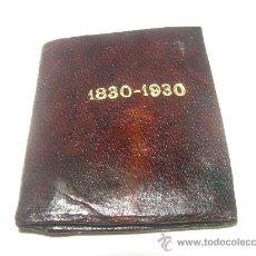 Antigüedades: ANTIGUA CARTERITA DE CUERO CON DOS MEDALLAS METALICAS.....1830 - 1930.. Lote 28212935